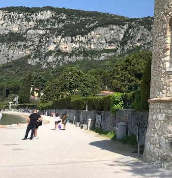 Passeggiata verso Punta San Vigilio sul Lago di Garda