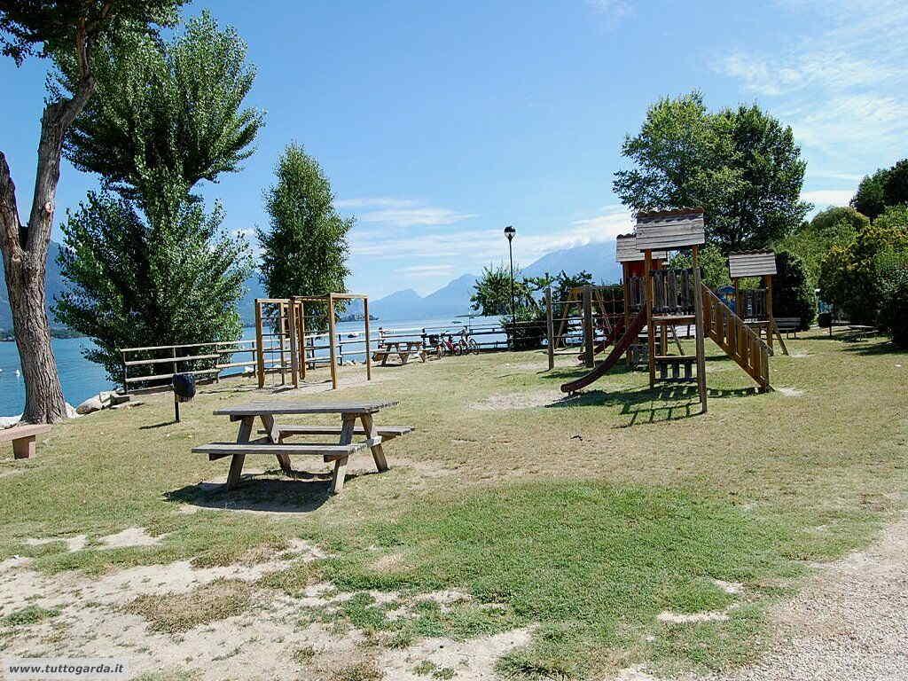 Area picnic alla Spiaggia Porto Torchio di Manerba del Garda