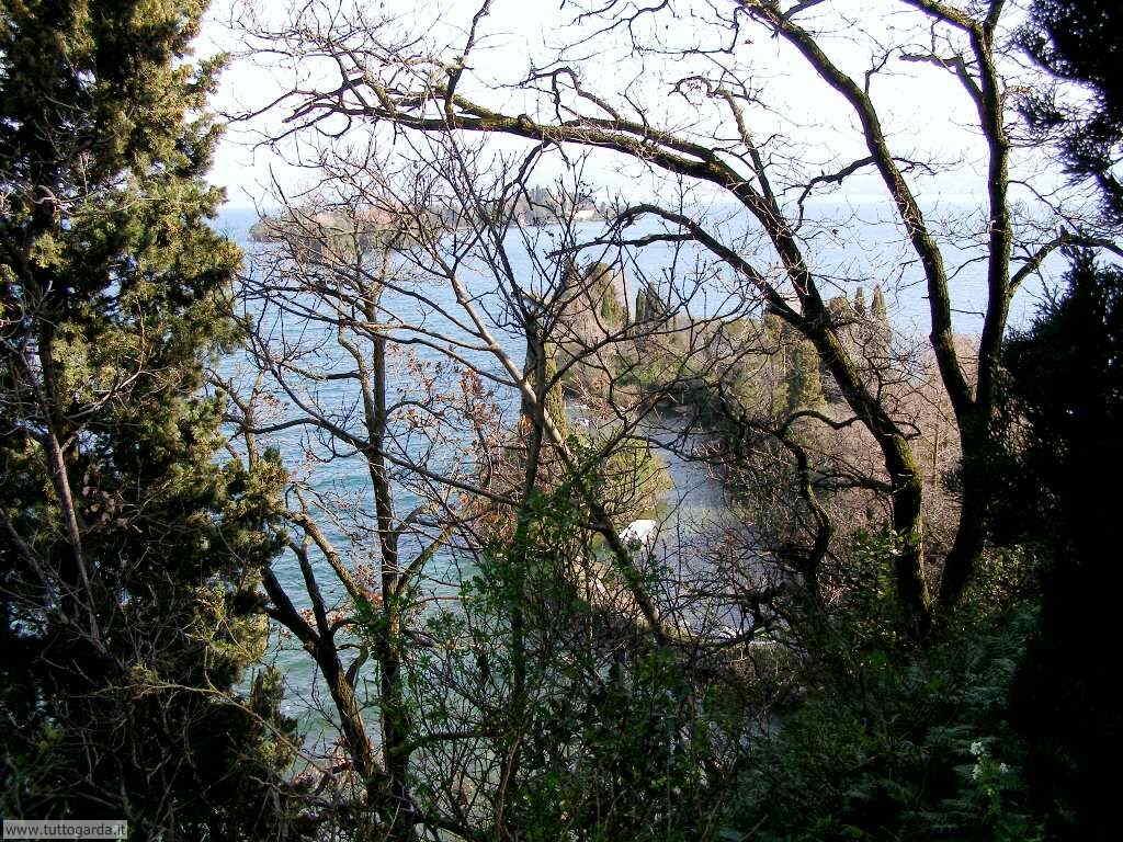 Chiesa di San Fermo vista Isola del Garda
