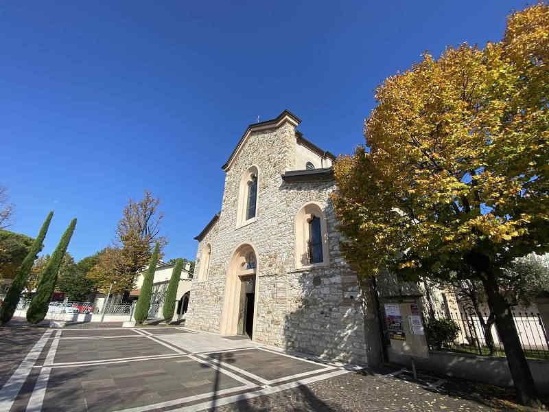 Passeggiata lungolago di Lugana: chiesa Santa Maria